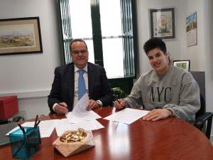 Cristina Cifuentes firmando la renovación