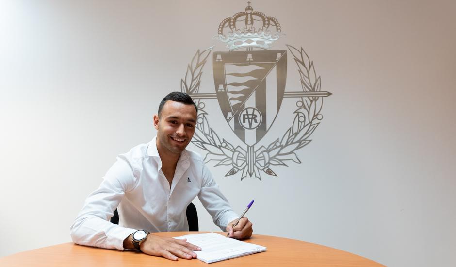 Roberto Corral firmando la renovación