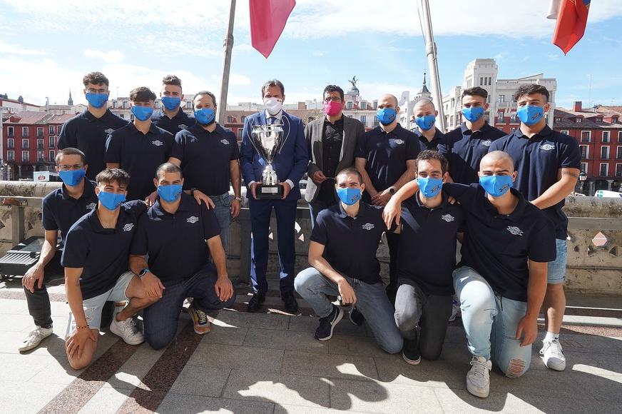El Ayuntamiento recibe al Club Patinaje en Línea Valladolid por su Liga Élite de Hockey